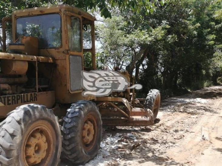 Rehabilitan con material reciclado carretera de Agua Dulce