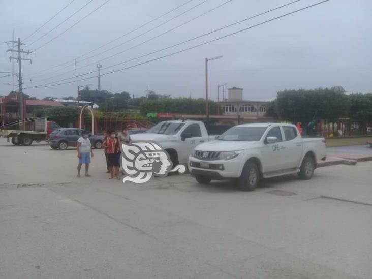 En Moloacán, habitantes retienen unidades de CFE por constantes apagones