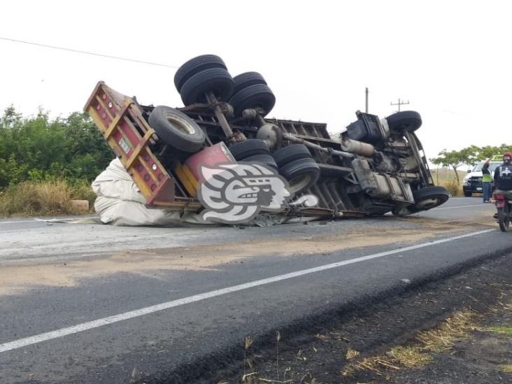 Se registra volcadura de tractocamión sobre la carretera federal 180