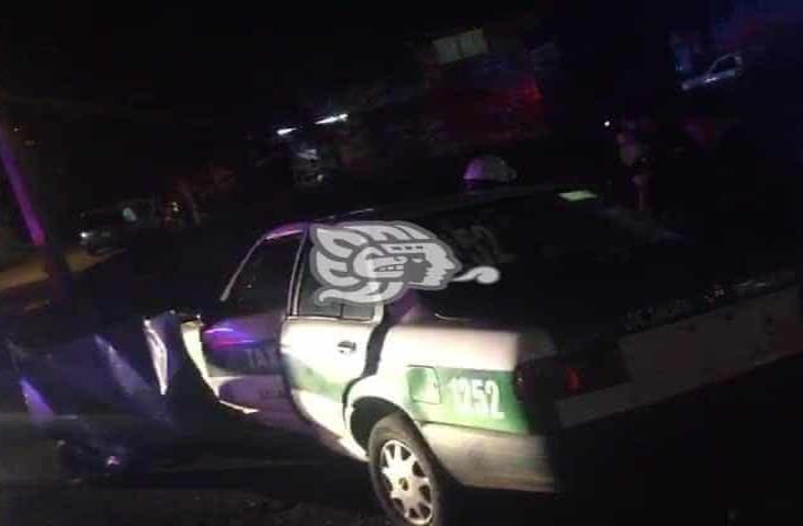 Patrulla de SSP y taxi impactan en calles de Xalapa