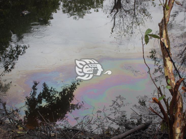 Sin control el derrame de crudo en arroyo de Las Choapas