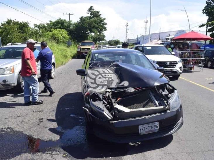 Fuerte accidente en carretera Veracruz Medellín; deja auto incrustado