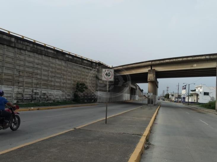 Se desprende pedazo de concreto del Distribuidor vial de Coatzacoalcos