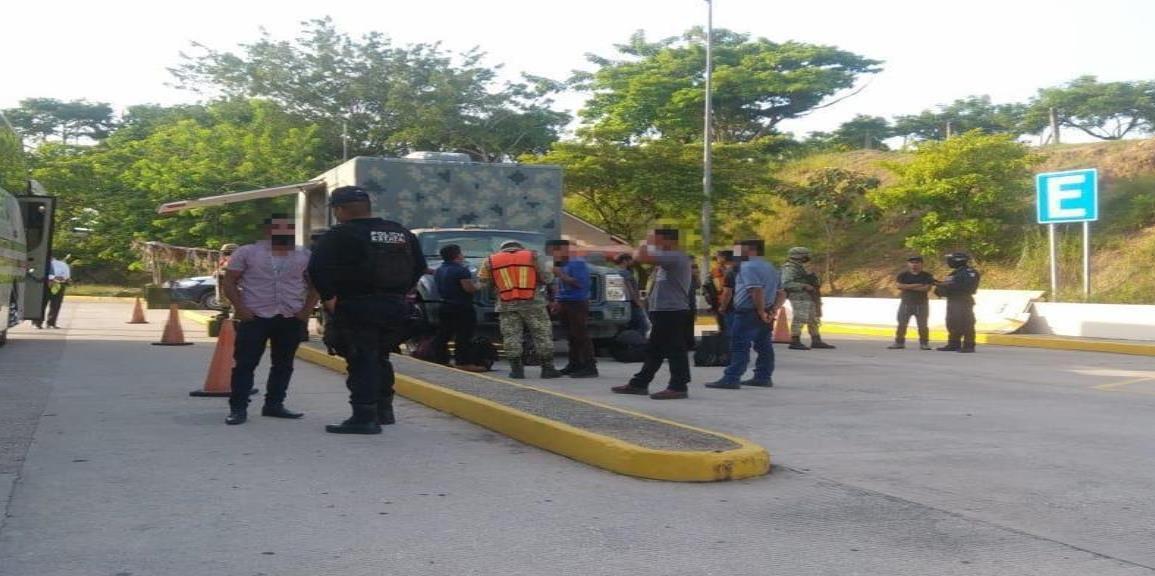 Rescatan SEDENA-SSP a 20 migrantes guatemaltecos en Las Choapas