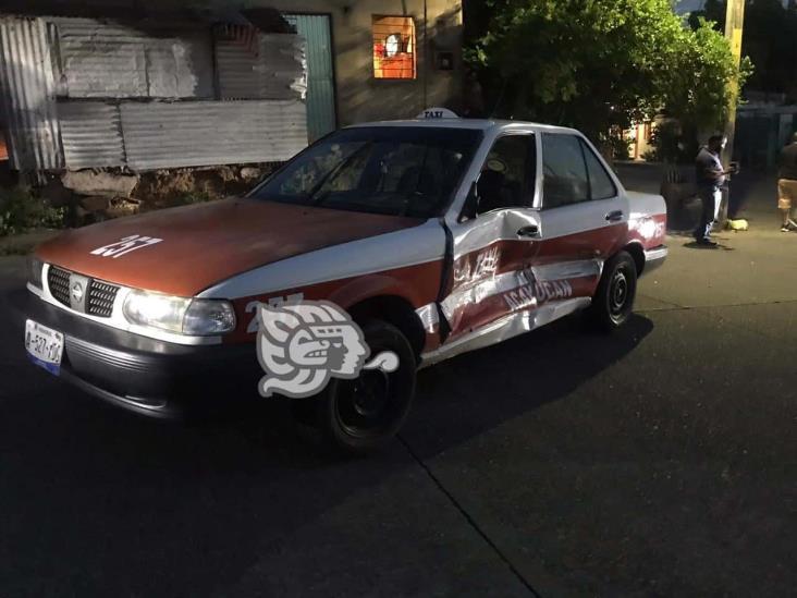 En Acayucan, camioneta impacta a taxi y se da a la fuga