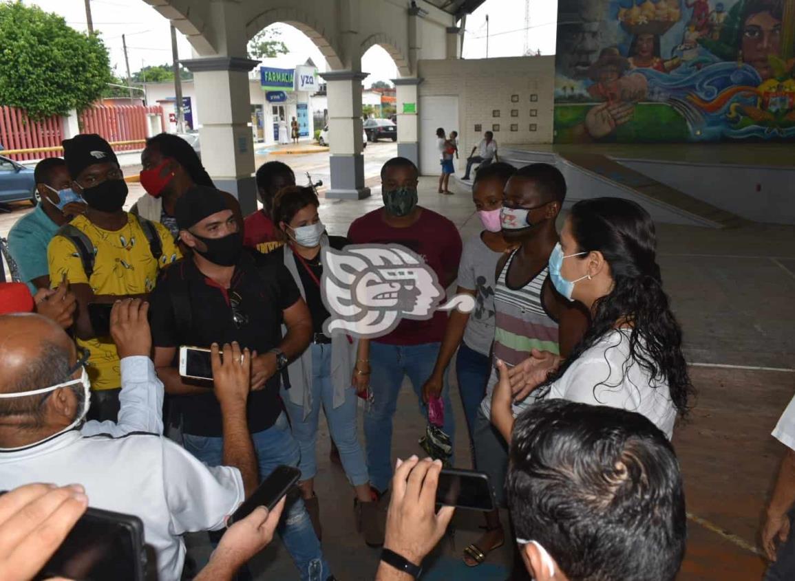 Protestan en Oluta migrantes desafiliados de Programa de Bienestar