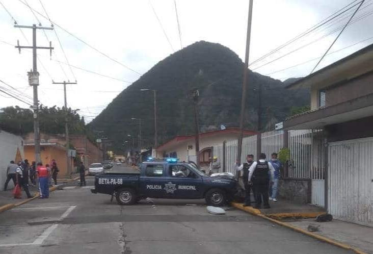Dos oficiales lesionados y daños materiales tras choque en Orizaba
