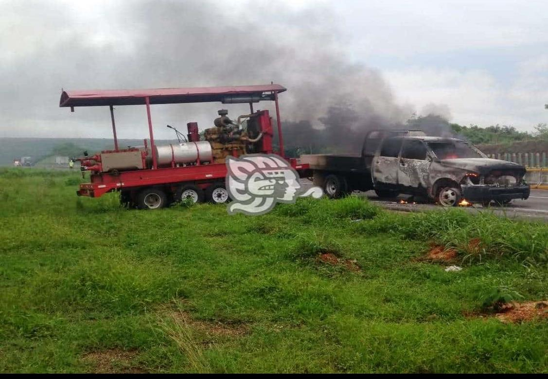 Se incendia camioneta que remolcaba maquinaria en Acayucan