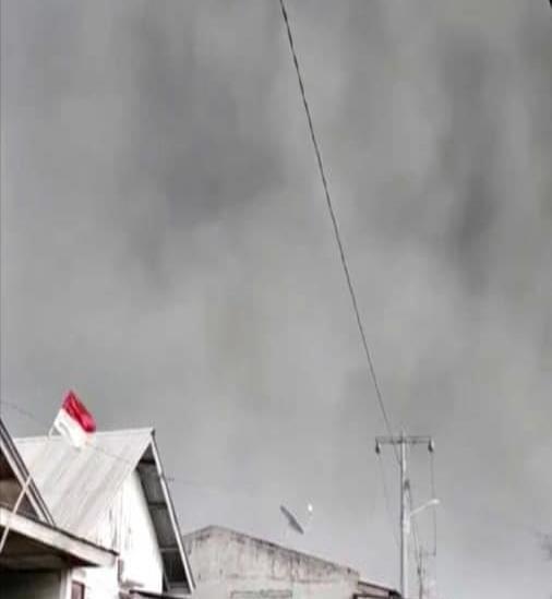 Galería: Se cubren de cenizas aldecas cercanas al volcán Sinabung