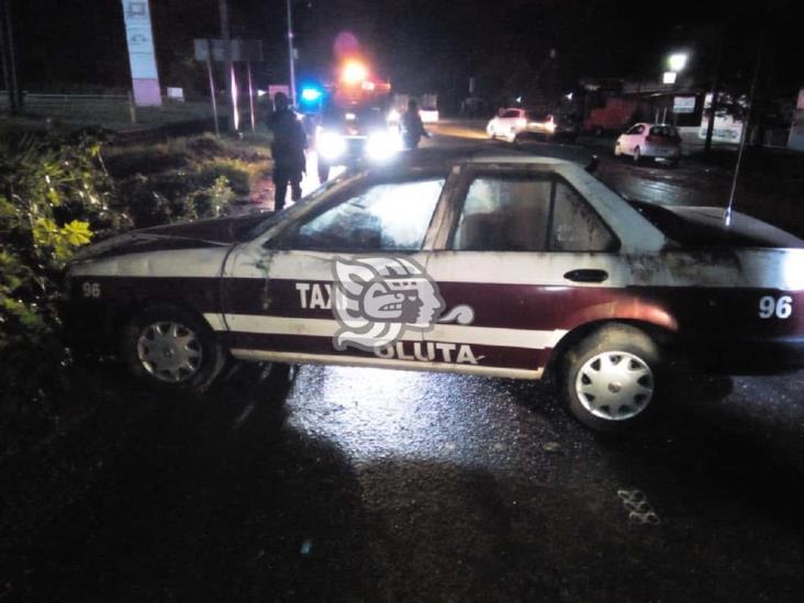 Abandonan el taxi 96 de Oluta en la carretera Transístmica