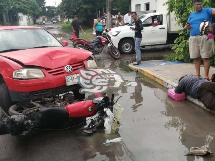 Impacta conductor a motociclista en calles de Veracruz