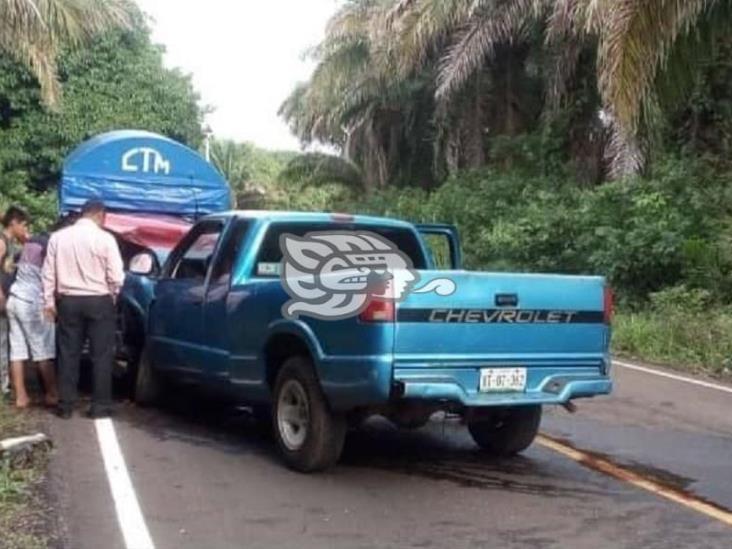 Aparatoso choque de mixto rural en Soteapan; siete heridos