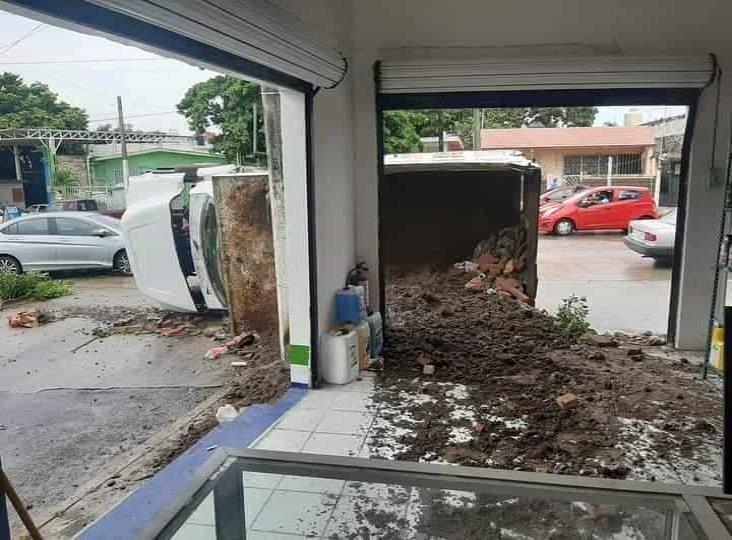 Camión cargado de escombros se voltea en calles de Boca del Rìo