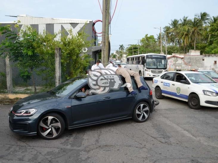 En Veracruz, motociclista impacta con vehículo y termina encima de el