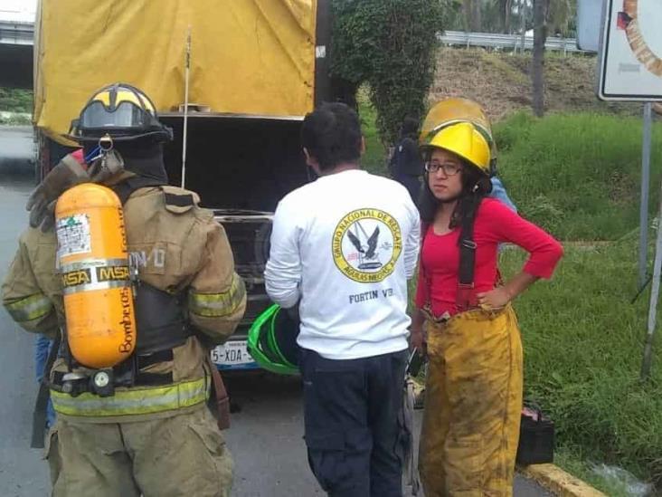 Camioneta de mudanza se incendia en caseta de Fortín
