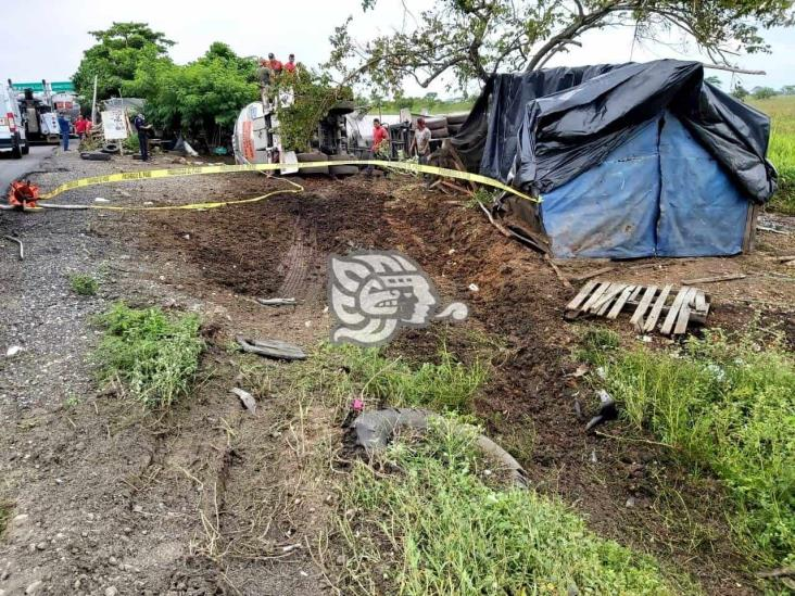 Trailero muere arrollado por una pipa en entronque a Ciudad Isla