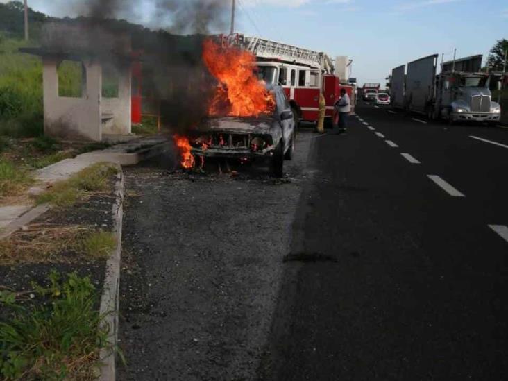 Se incendia camioneta sobre la autopista Veracruz-Cardel