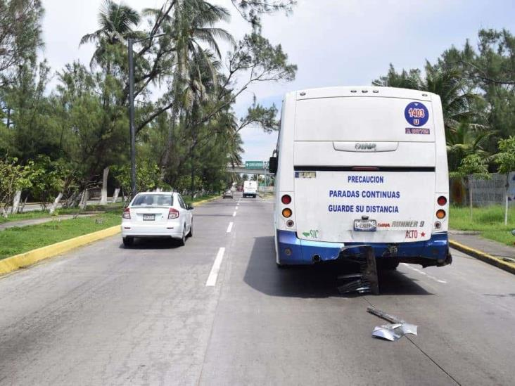 Choque entre dos urbanos deja cinco personas lesionadas