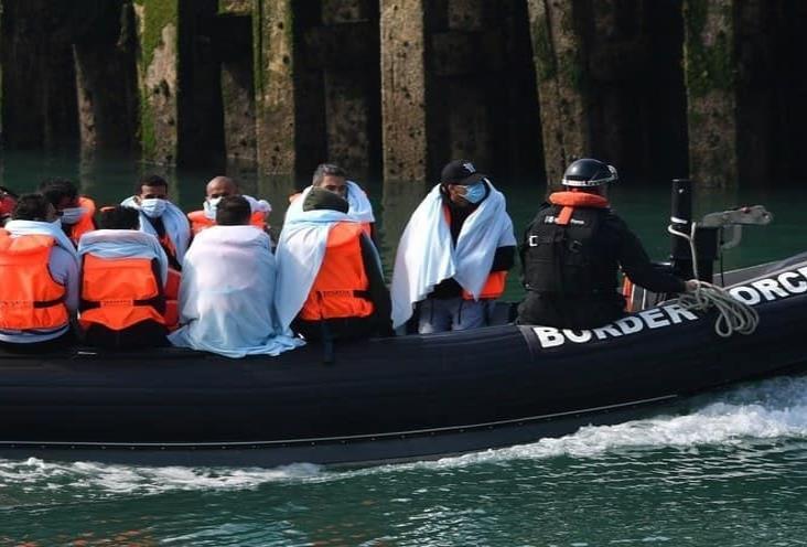 Reino Unido moviliza a la Marina para frenar nueva ola de migrantes