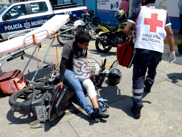 Motociclista resulta con corte severo en una pierna