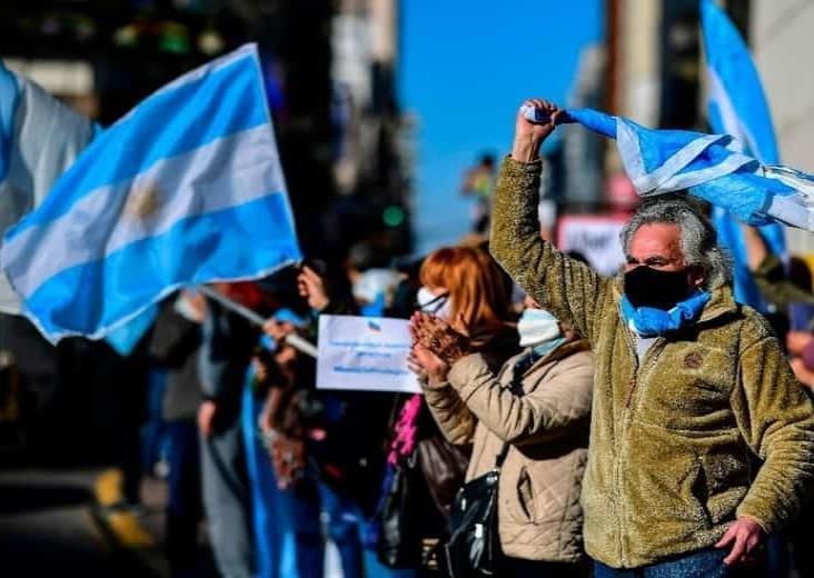 Con banderas y mascarillas, argentinos protestan contra el gobierno
