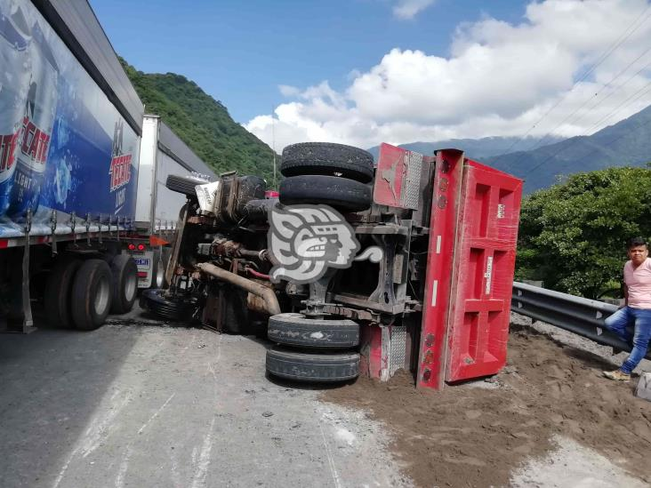 Se registra volcadura de camión materialista en la Córdoba- Puebla