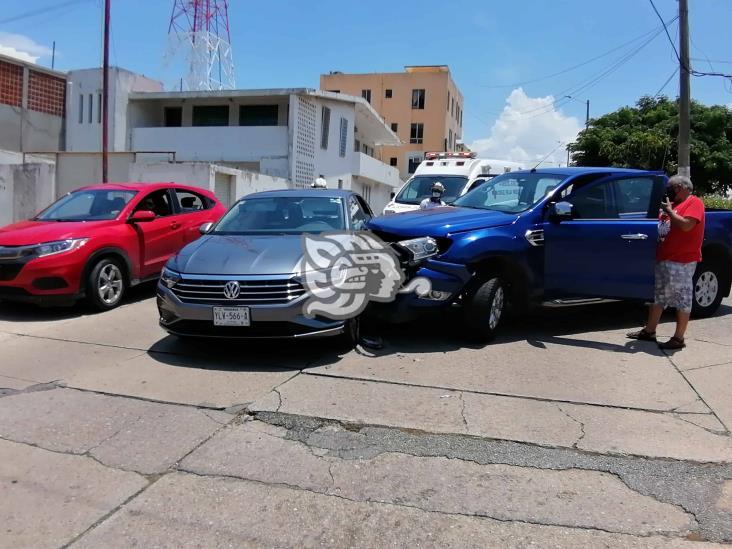 Colisionan auto y camioneta en Coatzacoalcos; un lesionado