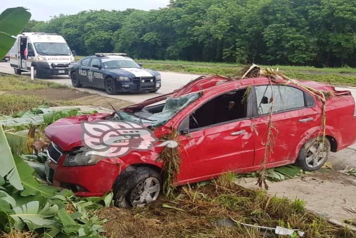 Mujer resulta lesionada por volcadura de su auto sobre La Tinaja-Cosoleacaque