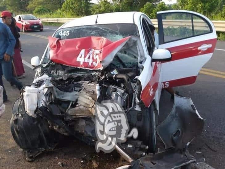 Taxi choca camioneta del mixto rural en carretera Las Choapas-Ocozocoautla