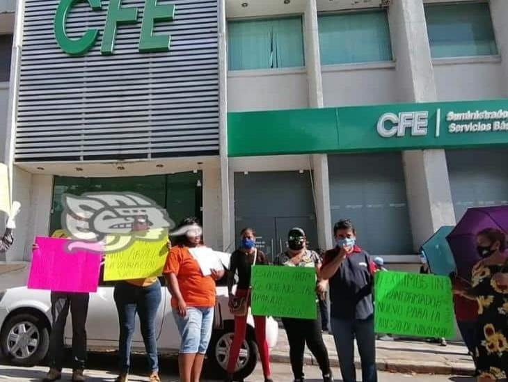 Vecinos de Allende se manifiestan ante CFE por constantes fallas
