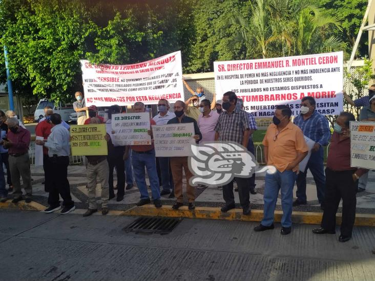 Jubilados de Pemex exigen abasto de medicamentos
