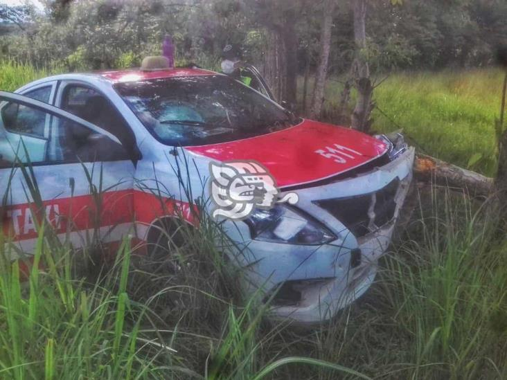 Taxista de Acayucan se accidente en la Costera del Golfo