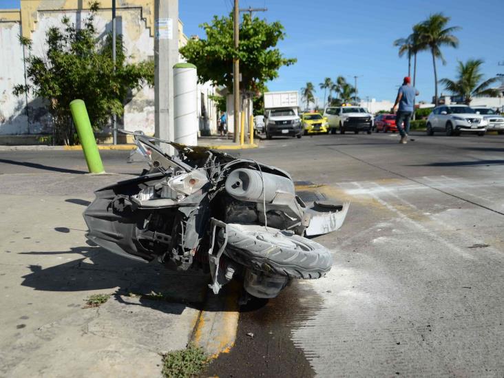 Pareja de motociclistas resulta lesionada después de ser impactados por automóvil