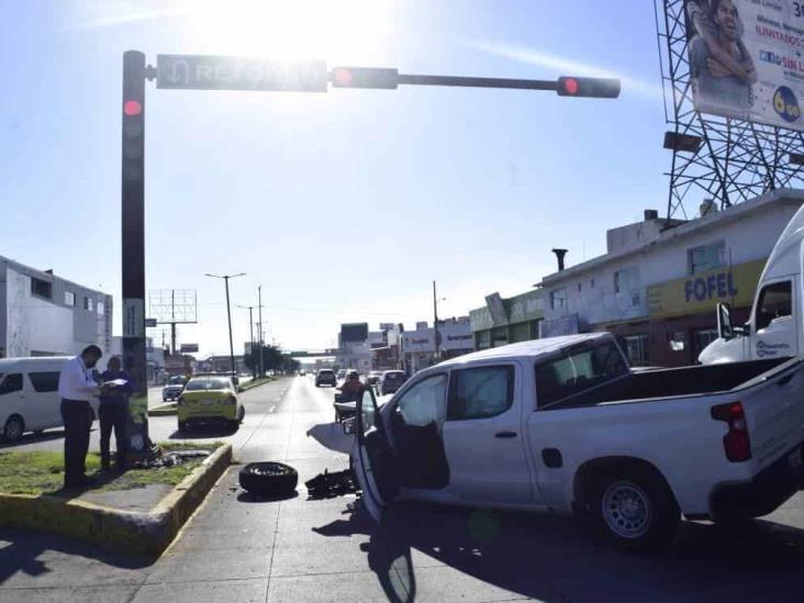 Se registra accidente con camioneta de CFE en calles de Veracruz