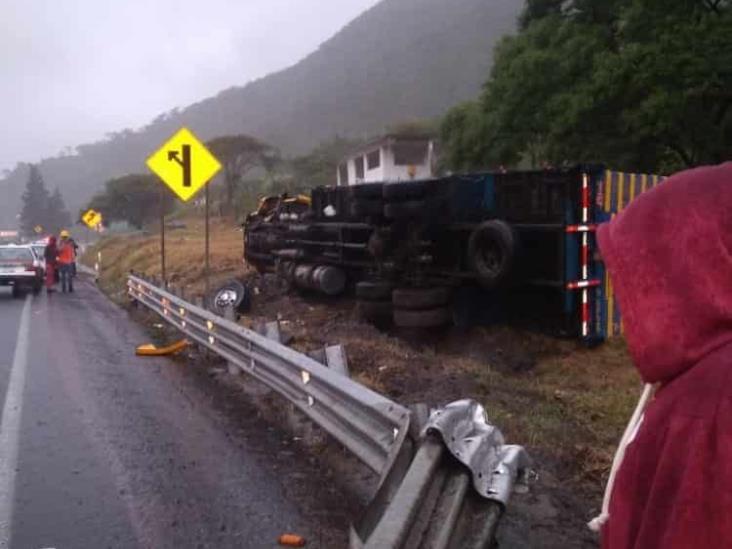 Tras intensa lluvia, se vuelca camión sobre la autopista en Nogales