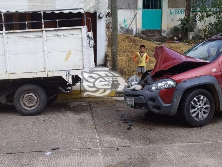 Chocan dos camionetas estacionadas en diferentes puntos de Acayucan