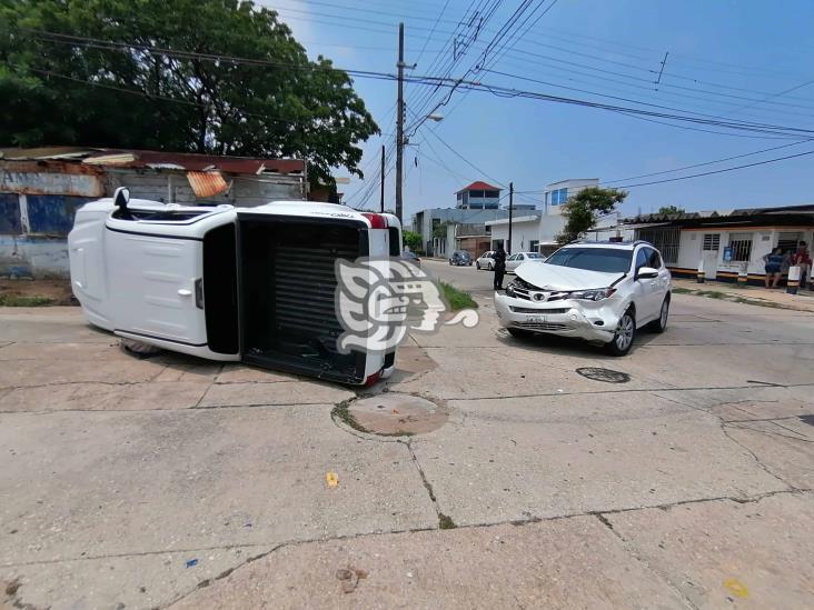 Volcadura de camioneta tras choque en Coatzacoalcos