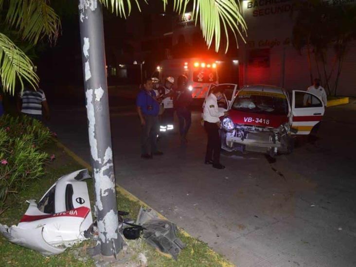 Conductor de taxi pierde el control e impacta con poste