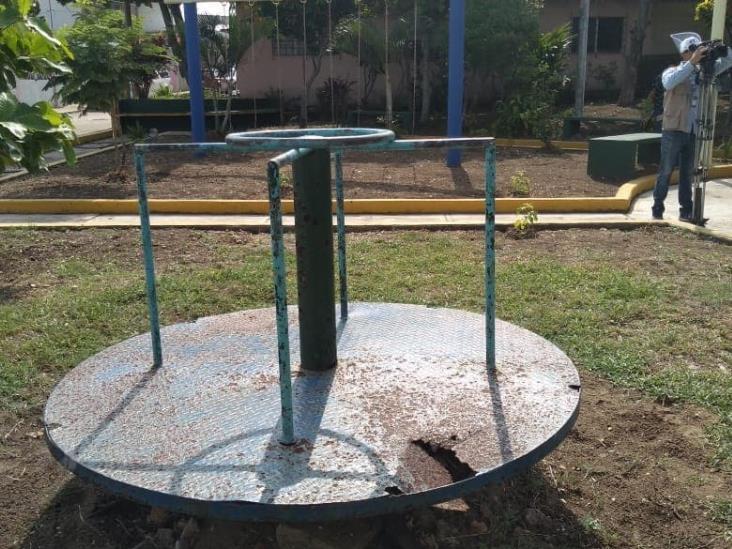 Ante abandono de parque por autoridades, vecinos le dan mantenimiento