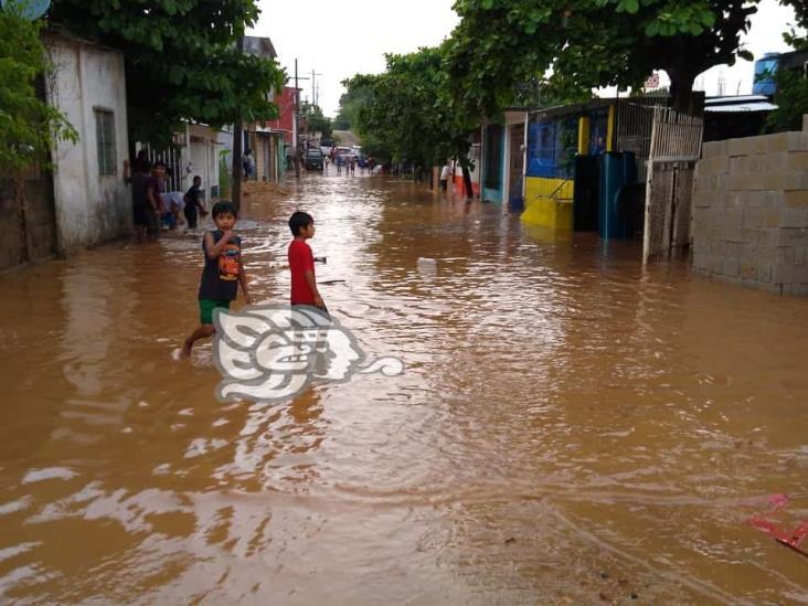 Inundaciones afectan domicilios en Acayucan y Soconusco