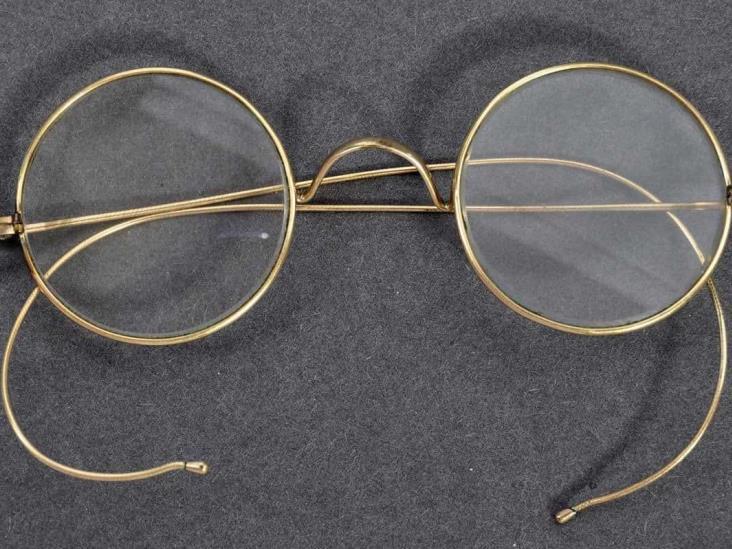 Subastan los lentes de Gandhi en más de $7 millones