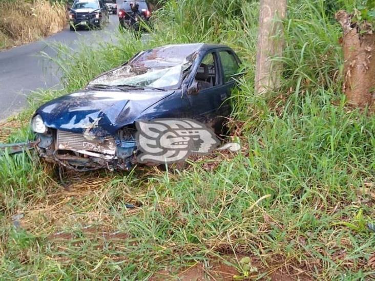 Jóvenes la libran tras accidentarse en carretera Agua Dulce-Tonalá
