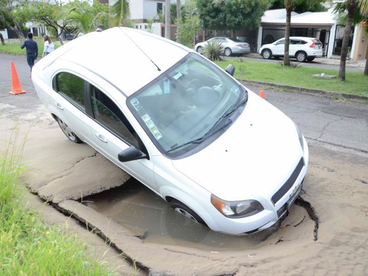 Cae vehículo en socavón de Boca del Río