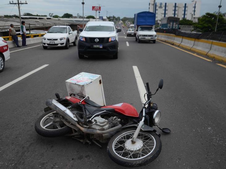 Motociclista impacta con automóvil sobre carretera federal 140 Veracruz-Xalapa