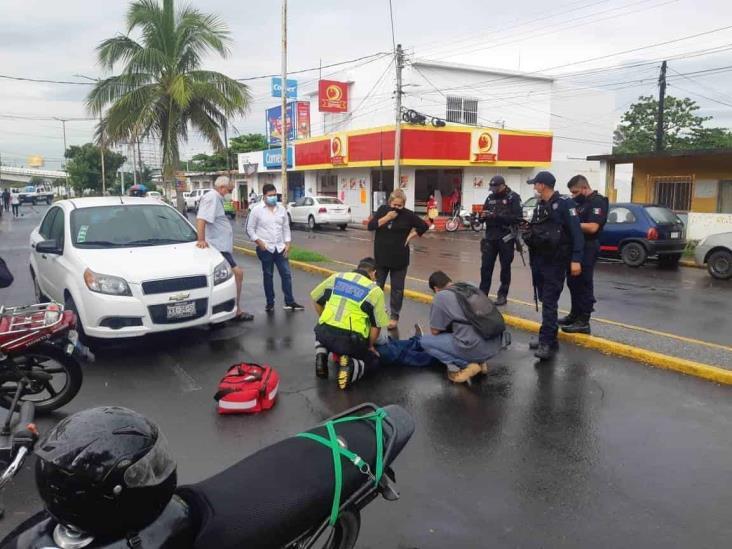 Motociclista resulta lesionado tras ser impactado por vehículo