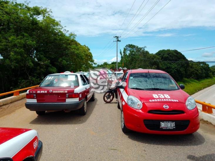 Taxistas cierran caminos y exigieron asfaltado en Cosoleacaque