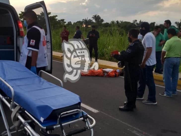Taxi impacta a motociclista en la Cuatro Carriles