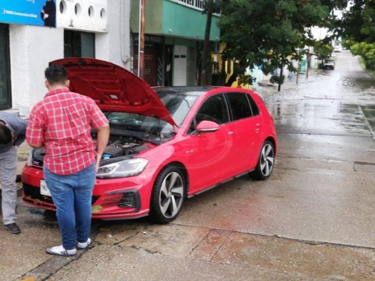 Se van al agua 7 vehículos tras fuerte lluvia en Coatzacoalcos