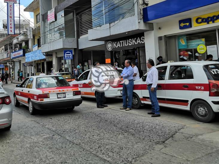 En Tuxpan, taxistas y usuarios olvidan usar el cubrebocas