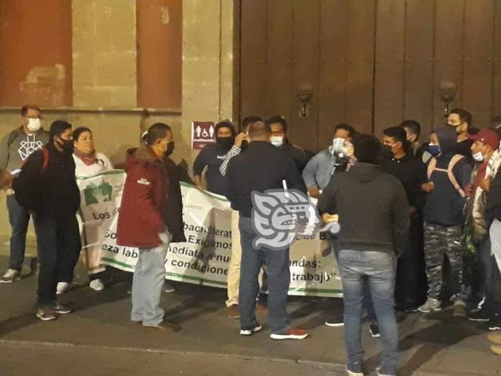 Maestros de Telebachillerato Comunitario se manifiestan en Palacio Nacional
